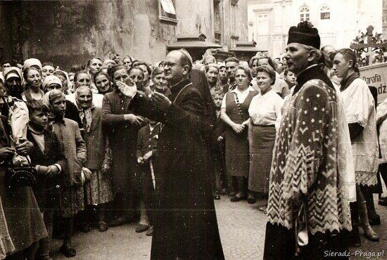 Sieradzka pielgrzymka z bpem Antonim Pawłowskim, 1960