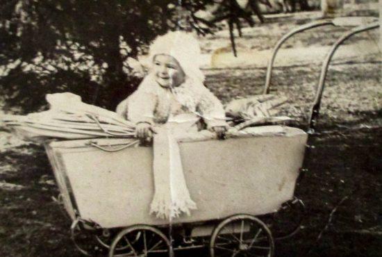 Mała Wiesia w wózku. Złoczew 1936 r