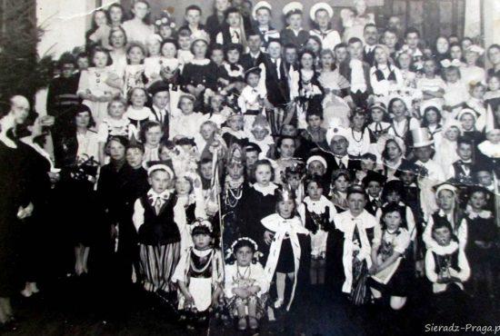 p. dr Łazuchiewicz w koronie, bal w przedszkolu. Złoczew 26.02. 1938 r
